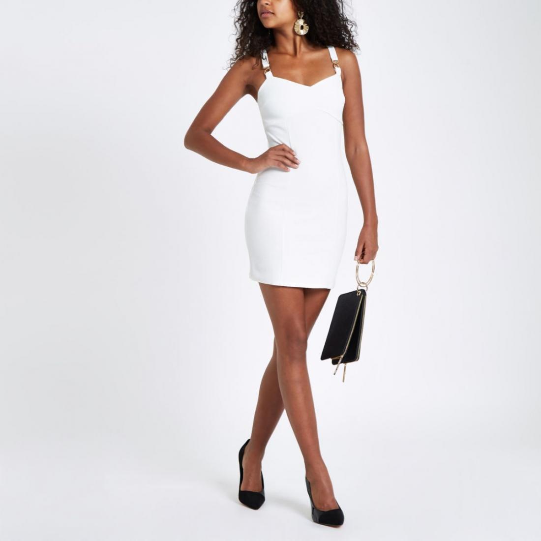 Femme en mini robe moulante